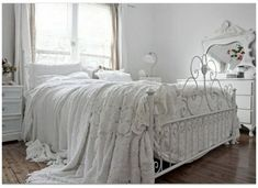Shabby chic bedroom design is the best solution for creating amazing bedroom ambiance. Shabby chic styles always presents in amazing look with vintage and antique style. Shabby Chic Français, Estilo Shabby Chic, Shabby Chic Bedrooms, Shabby Chic Kitchen, Bedroom Vintage, Shabby Chic Homes, White Bedrooms, Small Bedrooms, Guest Bedrooms