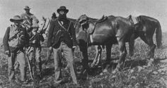 a photograph of De la Rey in the field during the Second Anglo—Boer War. Military Ranks, Military Figures, The Veldt, Basson, War Novels, Military Photos, African History, Old Pictures, Warfare