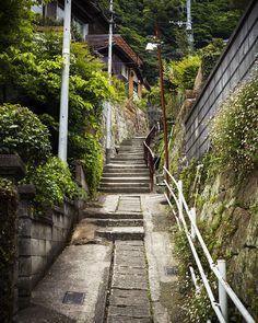 長崎県佐世保市。その街の「異質さ」に執着した1人の写真家の作品展『坂道とクレーン』、開催中。
