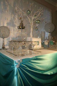 Una fiesta al estilo Tiffany Co. nunca pasa de moda. Los colores se ven siempre tan elegantes que sirven para cualquier tipo de celebración. Las cajas azules y el listón blanco son conocidos en todo el mundo como signos de joyería de la marca Tiffany. Una fiesta Tiffany and Co. se centra en los colores …