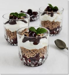 Gizi-receptjei. Várok mindenkit.: Gesztenyés rumos-meggyes pohárkrém. Other Recipes, My Recipes, Cookie Recipes, Dessert Recipes, Desserts In A Glass, Sweet Desserts, Mousse, Chia Puding, Parfait Recipes