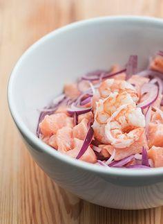 Que tal um ceviche de camarão e salmão?