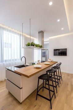 Modern Luxury Kitchens For A Grand Kitchen Kitchen Room Design, Modern Kitchen Design, Kitchen Layout, Home Decor Kitchen, Interior Design Kitchen, Gray Interior, Modern Kitchen Island, Open Plan Kitchen, New Kitchen