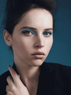blue eye shadow makeup Felicity Jones Dolce & Gabbana, Dolce And Gabbana Makeup, Blue Makeup, Makeup For Brown Eyes, Makeup Artist Near Me, Felicity Rose Hadley Jones, Blue Liner, Make Up Braut, Blue Eyeshadow