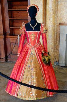 Tudor Costume Belsay Hall I love this Gown. I really haven't seen Renaissance. This dress is beautiful in this color. Renaissance Costume, Renaissance Dresses, Medieval Costume, Renaissance Fashion, Medieval Dress, Medieval Clothing, Elizabethan Costume, Style Tudor, Dinastia Tudor