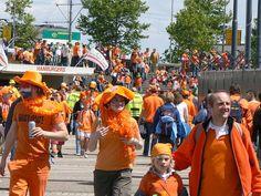 Het verschijnsel oranjegekte begon tijdens het wereldkampioenschap voetbal van 1974, toen in oranje uitgedorste fans het nationale team achterna reisden (bron: wiki)