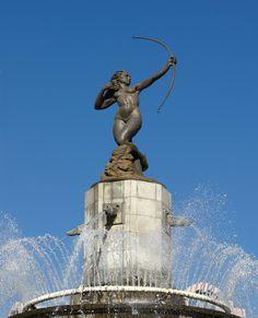 ¿En qué dirección apunta la flecha de la Diana Cazadora? Si no lo sabes, lo que tienes que hacer para descubrirlo es venir a visitarla. Visiting Mexico City, Visit Mexico, Pittsburgh Steelers, Roman, Sculptures, Places To Visit, Travel, Landscape Illustration, Arrow