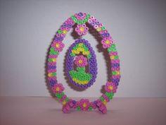 """Est-ce Pâques ou le Printemps qui entre dans votre maison? Joliment décoré et scintillant, cet oeuf de Pâques aux couleurs douces et printanières est suspendu par un fil """"invi - 8273981"""