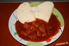 Maďarský guláš 600g bravčového pliecka, 3-4  cibule, 3 strúčiky cesnaku, 2 PL mletej sladkej papriky, 2 paradaj pretlaky, 1 lečo, 1 PL kryštál. cukru, voda, soľ, mletá rasca.  Cibuľu pokrájame a restujeme, pridáme mäso,  soľ a rascu...restujeme až kým sa neodparí voda ,čo pustilo mäsko. Potom pridáme paradajkový pretlak a cukor....restujeme....opražením stratí pretlak kyslosť. keď zmes zhustne pridáme cesnak, porestujeme a pridáme mletú papriku...zalejeme vriacou vodou pridáme lečo a dusíme Good Foods To Eat, Chana Masala, Stew, Mashed Potatoes, Cheese, Ethnic Recipes, Kitchens, Drinks, Whipped Potatoes
