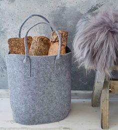 UNA CASA MÁS ACOGEDORA Fabricado con una mezcla de fibras de lana y rayón, el fieltro es un material ligero y moldeable; características que lo convierten en un material práctico. Es un material suave y versátil, que se adapta a infinidad de accesorios para toda la casa, incluso para la leña.Leñeros   Ventas en Westwing