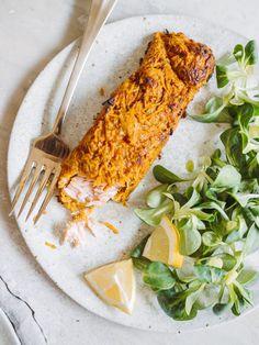 Indbagt laks med sød kartoffel er en anderledes og utrolig lækker måde at servere fisk på. Laksen bliver saftig i en sprød skal af sød kartoffel Ratatouille, A Food, Dinner, Ethnic Recipes, Party, Blog, Fiesta Party, Suppers, Receptions