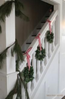 8 Alternatives to Christmas Garland on the Stairs: Wreaths on the Banister
