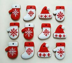 Nagy Adrienn: Christmas mittens, hats, & stockings decorated with snowflakes - so easy, so sweet Christmas Sugar Cookies, Christmas Gingerbread, Noel Christmas, Holiday Cookies, Christmas Treats, Christmas Baking, Gingerbread Cookies, Christmas Stockings, Christmas Stocking Cookies