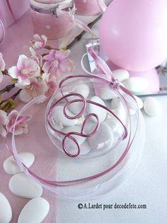 De forme joliment gonflée, retrouvez les indémodables médaillons à dragées, customisables à souhait à l'aide de rubans ou de fil alu. #boites #dragees http://www.decodefete.com/medaillon-transparent-p-2316.html