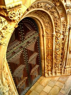 ledecorquejadore:    Door - Tomar, Santarém, (via Pinterest)  Gorgeous!!! The door framing parts in this photo are the real treat.