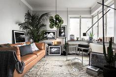 Riktigt stor matta över hela golvet som binder ihop rummet. Stor palm eller fikus borta i hörnet vid sammetsgardiner. Statementlampa.
