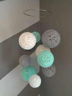 DIY crafts With Yarn - Yarn Ball Mobile in White, Gray and Aqua Bola de Fios Móvel em Branco, Cinza Diy Home Crafts, Crafts To Do, Yarn Crafts, Cute Diy Crafts For Your Room, Cardboard Crafts, Etsy Crafts, Creative Crafts, Bead Crafts, Handmade Crafts