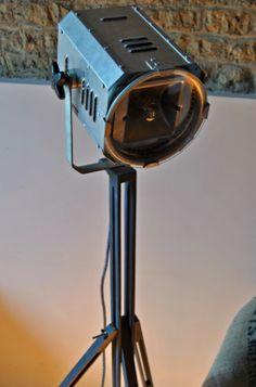 """AMERICANA E' una lampada da terra realizzata mettendo insieme un """"vecchio"""" faro da teatro (spotlight) in alluminio e un cavalletto per pittura."""