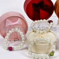 Pulseras de perlas en estuche. Regalos originales.