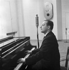 Conductor George de Godzinsky playing a grand piano in a radio studio, ca 1935. Kapellimestari George de Godzinsky soittaa flyygeliä radiostudiossa,