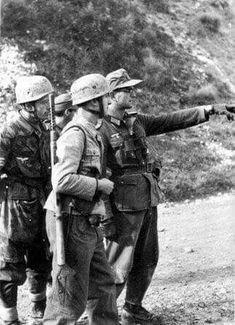 Fallschirmjäger with the Italian made Beretta machine gun and an Heer officer near Casino, Italy. Luftwaffe, Paratrooper, Narvik, Ww2 Pictures, Ww2 Photos, Military Pictures, Nagasaki, Hiroshima, German Soldiers Ww2