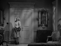 """""""Laura"""" Directed by: Otto Preminger 1940s Fashion Hair, 1940s Fashion Women, Retro Fashion, Laura 1944, Gene Tierney, Beautiful Film, Vincent Price, Classic Trench Coat, Classic Wardrobe"""