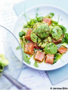 Recette Salade d'avocat au saumon : Ouvrez les avocats, retirez les noyaux, prélevez la chair avec une cuillère parisienne ou une petite cuillère. Disposez les boules dans un saladier et arrosez-les avec le jus du citron. Coupez le saumon mariné en cubes, ajoutez-les dans le saladier avec la r...