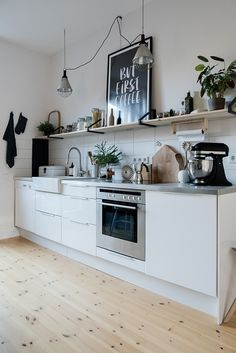 Small white kitchen with a black print, a stainless steel surface and a silver … - Kitchen Decor Small White Kitchens, Black Kitchens, Cool Kitchens, Kitchen Black, New Kitchen, Kitchen Decor, Kitchen Small, Decorating Kitchen, Kitchen Ideas