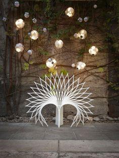 Les designers Eiri Ota et Irene Gardpoit Chan du studio d'architecture canadien UUfie sont à l'origine de cette série de chaises nommée « Peacock » (Paon en français). L'inspiration leur est venue de la magnifique roue formée par le paon mais aussi de certaines fleurs en éclosion.  La chaise Peacock est réalisée à partir d'une seule feuille de matériau composite acrylique en utilisant la technique simple du découpage qui lui donne une apparence de dentelle.