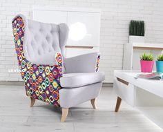 Fotel uszak w pawie oczka Wyjątkowa tkanina plusz z delikatnym włosem – miła w dotyku Oparcie pikowane z guzikami – mogą być także guziki brylanty bez dopłaty 🙂 Fotele możemy wykonać w całkowicie innych tkaninach Fotel standardowych wymiarów – jak poniżej Nóżki jasny buk , calvados lub ciemne wenge Wygodne oparcie i wygodne siedzisko na …