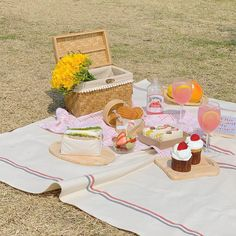 Picnic Date, Summer Picnic, Picnic Pictures, Minimal Photography, Kawaii Doodles, Aesthetic Food, Nature Aesthetic, Cute Food, Wall Collage
