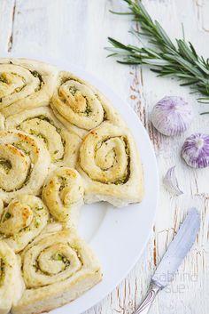 Sommerliches Knoblauchbrot mit Thai-Spargel und Ackerknoblauch-Wild leek summer bread...