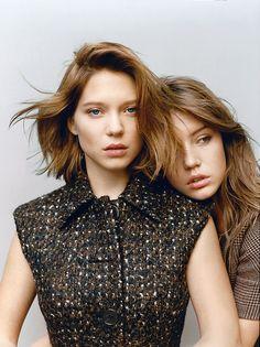 Las dos protagonista de 'La vida de Adele', Léa Seydoux (con abrigo de Prada) y Adèle Exarchopoulos (vestida con camiseta de lana de Rochas). / MATTEO MONTANARI