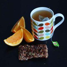 PÅSKEKOS: Nyt de hjemmelagde energibarene til appelsin og en deilig kopp te.