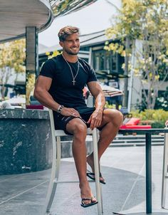 fall mens fashion that look stunning. Scruffy Men, Barefoot Men, Casual Wear For Men, Mens Flip Flops, Mode Outfits, Stylish Outfits, Gentleman Style, Men's Fashion, Summer Pictures