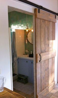 zelliges, brocante hanglampjes, steigerhouten schuifdeur... Idee om deur te maken uit zelfde materiaal parket?