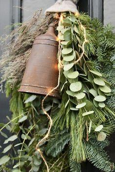 Kerstfestoen voordeur landelijk