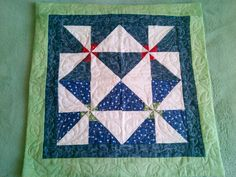 Outra almofada feita com sobras de trabalho de patchwork.