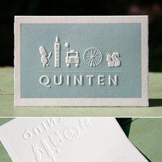 Voor Ceder een mooie letterpers kaart waarbij duidelijk reliëf zichtbaar is.Het is een gevouwen kaartje en door de preeg komen de dieren en zijn naam omhoog. Een prachtig stoer kaartje gedrukt in een mooie blauw/groenekleur.  Dit is een vanaf prijs voor letterpers.    Copyright Letterpers  Voor meer informatie, mail ons!