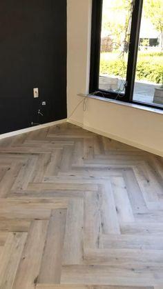 Een Prachtig afgeleverde vloer door onze leggers!!  Ambiant, pvcvisgraat, verlijmd, leggers, woonspecialist, vloerenspecialist, vloeren, interieurstyling, visgraat, Spigato, lightoak Natural Wood Flooring, Modern Flooring, Wood Tile Floors, Linoleum Flooring, Engineered Hardwood Flooring, Vinyl Plank Flooring, Grey Flooring, Stone Flooring, Flooring Ideas