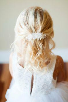 peinados faciles para niñas, rubia con el pelo suelto ondulado con horquilla largo con flores blancas y bolas
