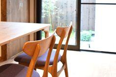 【京都市 株式会社 八清(ハチセ)様】 京町家をはじめとした中古住宅の再生販売を手がけられている「株式会社 八清(ハチセ)」様のオープンハウスへ、家具を納品させていただきました。  #無垢テーブル #無垢家具 #無垢ダイニングチェア #京都 #日本製  #table #furniture #japan #kyoto #北欧インテリア #おしゃれなインテリア #おしゃれな椅子 #おしゃれな家具 #つくりのいいもの #ダイニングセット #無垢のダイニングセット #ダイニングテーブル #職人 #八清 #オープンハウス家具 Wishbone Chair, Dining Chairs, Furniture, Home Decor, Dining Chair, Interior Design, Home Interior Design, Dining Table Chairs, Arredamento