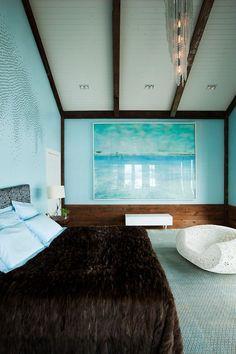 une couverture en fourrure marron dans la chambre à coucher en bleu clair