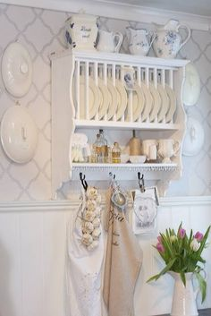 Beautiful shabby chic plate rack and love the wall Shabby Chic Kitchen, Shabby Chic Decor, Country Kitchen, Vintage Kitchen, Kitchen Rack, Kitchen Shelves, Kitchen Decor, Cupboards, Plate Shelves