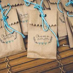 Saquinho {CHUVA DE AMOR ♥}  chuva de arroz Food Packaging Design, Bag Packaging, Packaging Design Inspiration, Easy Paper Crafts, Diy And Crafts, Diy Box, Paper Gifts, Potpourri, Diy Gifts