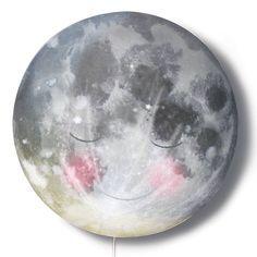Schlafender Mond lächelt die ganze Nacht weil er weiß was hinter das liebevolle Gesicht versteckt ist! Wenn du im Dunkeln die Lampe anknippst, siehst du wie Bär, Fuchs und Reh zusammen nach den funkelnden Sternen hoch schauen...