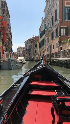 Gondola Ride in Venice - How could I not? || Click on the photo to discover the most incredible destinations with us :)