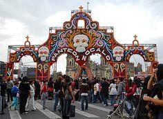 Entrada a la mega ofrenda en el Zócalo de la Ciudad de México.