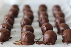 The best Rice Krispies chocolate balls in the world! - Here is a snack or dessert that is really super easy to make besides being nutritious and good in t - Rice Krispies, Rice Crispy Treats, Yummy Treats, Sweet Treats, Sweet Recipes, Real Food Recipes, Easy Desserts, Dessert Recipes, Nutella