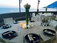 Wedding in Medieval Tower - Wedding reception - Table setting - place setting - white flowers - black and white details - Sposa Mediterranea - Olga studio